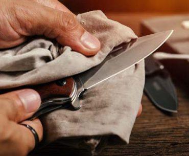 cleaning-folding-pocket-knife